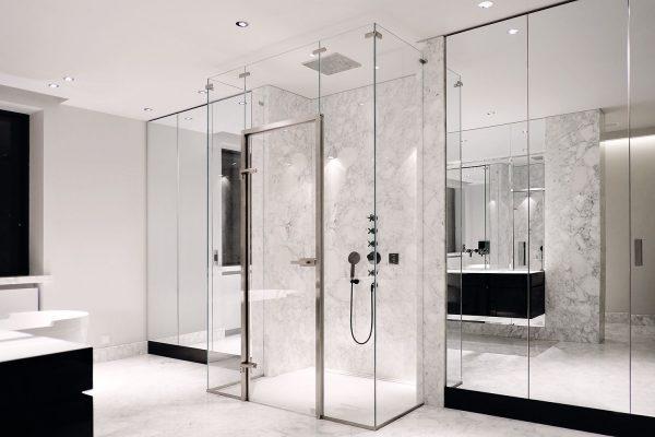glazen douchewand voor een badkamer
