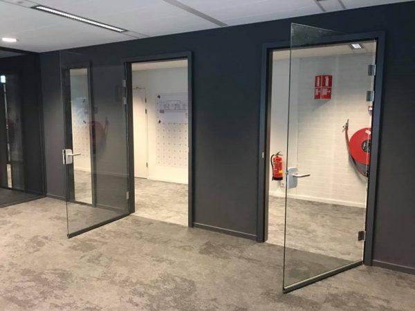 Een glazen deur, geleverd en gemonteerd door Wingman Montage uit Rotterdam.