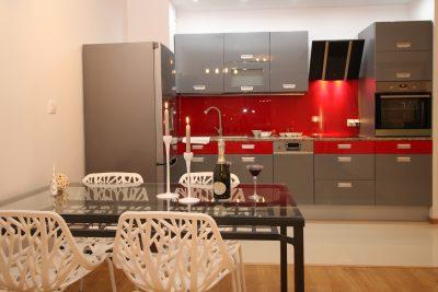 Moderne achterwand van glas in een keuken